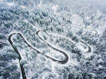 Extreem de Winterweer op een windende weg in de bergen Royalty-vrije Stock Afbeelding