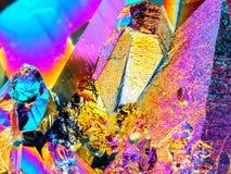 Extreem scherp die van het het aurakwarts van de Titaniumregenboog van de het kristalcluster de steendetail met macrodielens word stock foto's