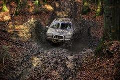 Extreem vermaakconcept SUV met geplakte die modder wordt behandeld stock fotografie