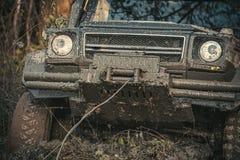 Extreem vermaakconcept Vuile die offroad auto in diepe sleur wordt geplakt royalty-vrije stock foto's
