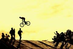 Extrem体育和风险 在竞争的表现 未认出的年轻人剪影执行在背景的特技 库存照片