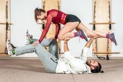 Extrem akrobatisk övning för ung härlig konditionpargenomkörare som förberedelsen för konkurrensen, verkligt folk för selektiv fo arkivfoton