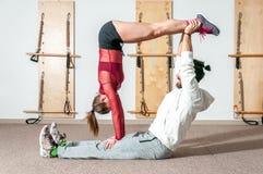 Extrem akrobatisk övning för ung härlig konditionpargenomkörare som förberedelsen för konkurrensen, verkligt folk för selektiv fo royaltyfri foto