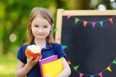Extrem aufgeregtes kleines Schulmädchen Lizenzfreies Stockbild
