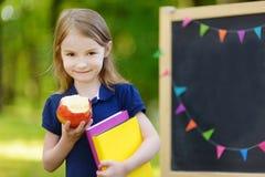 Extrem aufgeregtes kleines Schulmädchen Lizenzfreie Stockfotografie