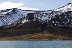 Extrem, das in Svalbard, Norwegen kampiert und segelt Lizenzfreie Stockfotos