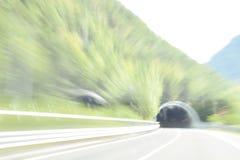 Extrem defocused und unscharfes Bild des Inneres eines Tunnels lizenzfreie stockfotos