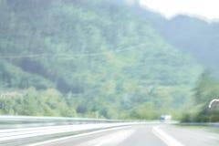 Extrem defocused und unscharfes Bild einer Straße in der Landschaft lizenzfreie stockfotos