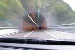 Extrem defocused und unscharfes Bild eines Tunnels lizenzfreie stockfotos
