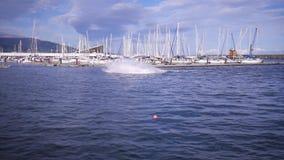 Extrem fährt nahe dem Ufer auf das hydrocycle stock footage