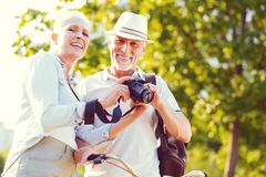 Extrem glückliche Paare im Ruhestand, die nach Familie photoshoot lächeln stockfotos