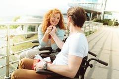 Extrem glückliche strahlende Dame beim Halten der Hand des Ehemanns stockfotos