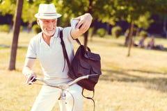 Extrem glücklicher älterer Herr, der draußen für selfie aufwirft lizenzfreies stockbild