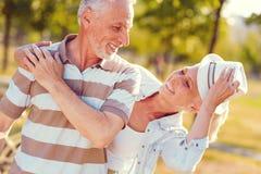 Extrem glücklicher Ehemann und Frau, welche die Zeit zusammen verbracht genießt stockfoto