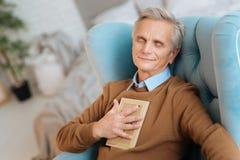 Extrem glücklicher Herr im Ruhestand, der an seinen Soulmate denkt Lizenzfreies Stockbild