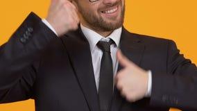 Extrem glücklicher Mann, der Daumen-oben, erfolgreiche Förderung bei der Arbeit, Nahaufnahme zeigt stock footage