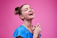 Extrem glückliches und lachendes junges Mädchen lizenzfreies stockbild