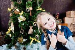 Extrem glückliches kleines Mädchen mit den Daumen oben Lizenzfreie Stockfotos