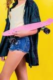 Extrem-Mädchen mit Skateboard stockbild
