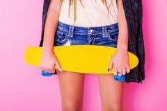 Extrem-Mädchen mit Skateboard Stockfoto