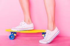 Extrem-Mädchen mit Skateboard Lizenzfreie Stockfotos