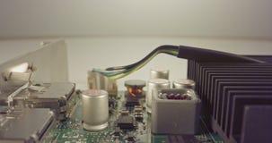 Extrem makrodocka som skjutas av ett PCB-datorbräde med kondensatorer och transistorer stock video