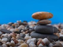 Extrem närbild som balanserar stenar på små kiselstenar background card congratulation invitation Royaltyfria Foton