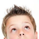 Extrem nah oben vom Jungen, der oben schaut. Stockbilder