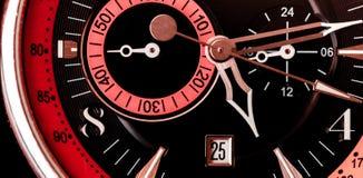 Extrem nah oben vom mechanischen Hintergrund des Armbanduhrgesichtes mit schwarzem Rotem und rosa stockfotografie