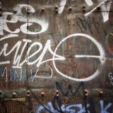 Extrem nah oben von den Graffiti auf hölzerner Tür Stockfoto