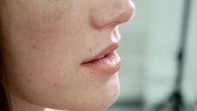 Extrem nah oben von den sexy Lippen stock video footage