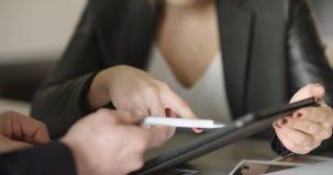 Extrem nah oben von Geschäftsfrau ` s Händen unter Verwendung des Tablet-Computers stock footage