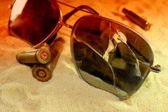 Extrem Nahaufnahme der Munition im Sand, das Konzept des Konflikts lizenzfreie stockfotos