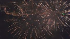 Extrem nahe Schmierfilmbildung von Feuerwerksknallen im nächtlichen Himmel über überraschendem Stadtpanorama stock footage