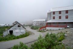 Extrem nebelige Ansicht des Unabhängigkeits-Bergwerkes in Palmer Alaska stockfoto