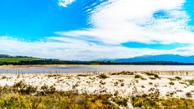 Extrem - Niedrigwasserniveau in der Theewaterkloof-Verdammung, die eine Hauptquelle für Wasserversorgung nach Cape Town ist stockfotografie