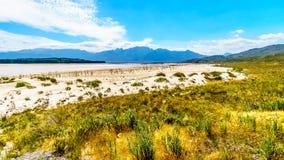 Extrem - Niedrigwasserniveau in der Theewaterkloof-Verdammung, die eine Hauptquelle für Wasserversorgung nach Cape Town ist lizenzfreies stockfoto
