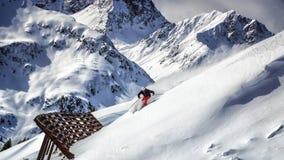 Extrem skidåkare som laddar ner stup Arkivbild