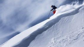 Extrem skidåkare som laddar ner stup Royaltyfri Bild
