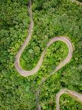 Extrem slingrig väg i bergen Arkivfoton