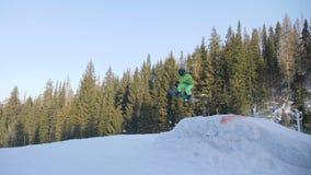 Extrem snowboarding och skidåkning arkivfilmer
