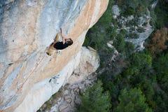 extrem sport Den unga idrotts- mannen vaggar klättraren som klättrar en brant cliffl fotografering för bildbyråer