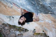 extrem sport Den unga idrotts- mannen vaggar väggen för klättrareklättringklippan arkivbild