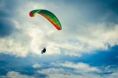 Extrem sport för Paragliding med blå himmel och moln Arkivfoto