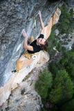 Extrem sportklättring Vagga klättrareansträngning för framgång utomhus- livsstil arkivfoton
