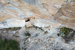 Extrem sportklättring Vagga klättrareansträngning för framgång utomhus- livsstil En klättrare som segrar det nående livmålet, fra Royaltyfri Bild