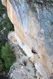 Extrem sportklättring Vagga klättrareansträngning för framgång utomhus- livsstil En klättrare som segrar det nående livmålet, fra Arkivbilder