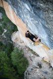 Extrem sportklättring Vagga klättrareansträngning för framgång utomhus- livsstil En klättrare som segrar det nående livmålet, fra Arkivfoton