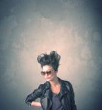 Extrem stående för ung kvinna för hårstil Arkivbild
