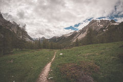 Extrem terräng för hög höjd, maximum för stenigt berg och ojämn kant, med scenisk dramatisk stormig himmel Bred vinkelsikt i pane royaltyfri fotografi